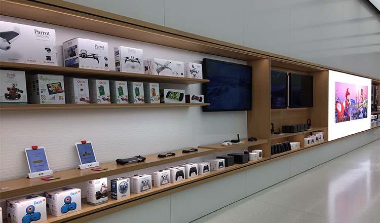 O sortimento em exposição mudou de característica  menos acessórios  complementares a um iPhone ou iPad e mais produtos para entretenimento e  com cara de ... 95205916a3e81