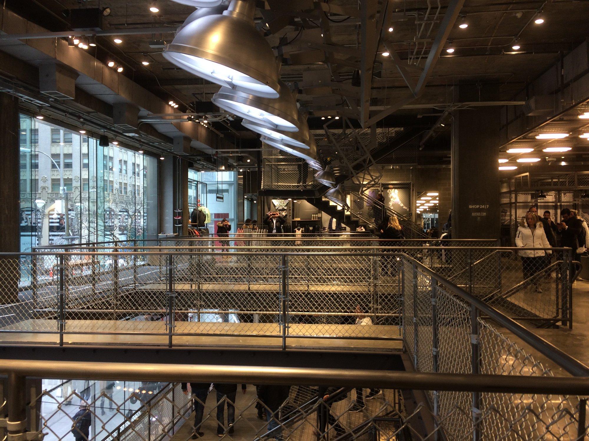 44bb7b3c3 Dando continuidade às visitas técnicas em lojas, desta vez exploramos as  que estão na 5ª Avenida de Nova York, como Hublot, Adidas, NBA Store,  Timberland e ...